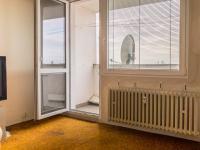 ložnice s výstupem na lodžii (Prodej bytu 3+1 v osobním vlastnictví 61 m², Praha 10 - Strašnice)