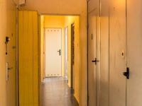 Chodba s úložnými prostory a komorou (Prodej bytu 3+1 v osobním vlastnictví 61 m², Praha 10 - Strašnice)