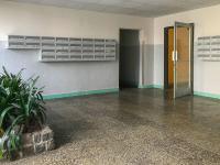 Vstupní prostor domu je po rekonstrulci (Prodej bytu 3+1 v osobním vlastnictví 61 m², Praha 10 - Strašnice)
