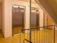 V domě jsou 2 nové a velké výtahy (Prodej bytu 3+1 v osobním vlastnictví 61 m², Praha 10 - Strašnice)