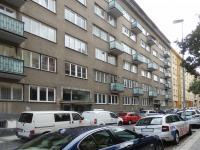 Parkování na ulici před domem (Prodej bytu 1+kk v osobním vlastnictví 32 m², Praha 10 - Vršovice)