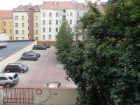Pohled z okna - možnost placeného parkování ve vnitrobloku (Prodej bytu 1+kk v osobním vlastnictví 32 m², Praha 10 - Vršovice)