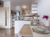 Obývací pokoj s kuchyňským koutem (Prodej bytu 2+kk v osobním vlastnictví 48 m², Praha 9 - Hostavice)