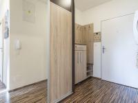 Předsíň (Prodej bytu 2+kk v osobním vlastnictví 48 m², Praha 9 - Hostavice)