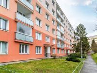 Pohled na dům ze západu (Prodej bytu 2+kk v osobním vlastnictví 35 m², Praha 10 - Hostivař)