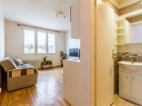 Průhled z předsíně (Prodej bytu 2+kk v osobním vlastnictví 35 m², Praha 10 - Hostivař)