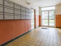 Vnitřní prostory domu (Prodej bytu 2+kk v osobním vlastnictví 35 m², Praha 10 - Hostivař)