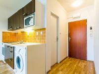 Průhled z obývacího pokoje do předsíně (Prodej bytu 2+kk v osobním vlastnictví 35 m², Praha 10 - Hostivař)