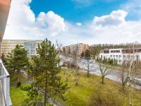 Výhled z obývacího pokoje (Prodej bytu 2+kk v osobním vlastnictví 35 m², Praha 10 - Hostivař)
