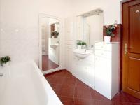koupelna - Prodej domu v osobním vlastnictví 285 m², Praha 8 - Dolní Chabry