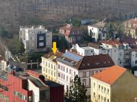 Pohled na dům z Pavího vrchu (Prodej bytu 4+kk v osobním vlastnictví 173 m², Praha 5 - Smíchov)