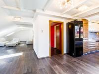 Obývací pokoj s kuchyňským koutem (Prodej bytu 4+kk v osobním vlastnictví 173 m², Praha 5 - Smíchov)