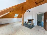 Obývací pokoj v podkroví (Prodej domu v osobním vlastnictví 380 m², Říčany)