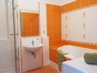 Koupelna s vanou i sprchovým koutem (Pronájem bytu 3+kk v osobním vlastnictví 80 m², Praha 9 - Čakovice)