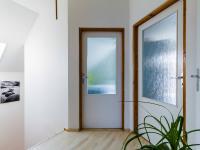 2.NP - chodba (Prodej domu v osobním vlastnictví 129 m², Praha 4 - Šeberov)