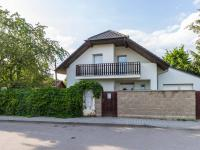 pohled na dům z ulice Gočárova (Prodej domu v osobním vlastnictví 129 m², Praha 4 - Šeberov)