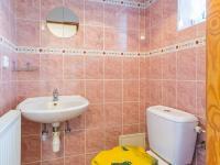 1.NP - toaleta s umyvadlem (Prodej domu v osobním vlastnictví 129 m², Praha 4 - Šeberov)