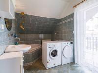 2.NP - koupelna s rohovou vanou a toaletou (Prodej domu v osobním vlastnictví 129 m², Praha 4 - Šeberov)