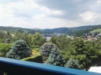 výhled do kraje z balkonu (Prodej domu v osobním vlastnictví 150 m², Kamýk nad Vltavou)