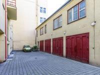 Pohled na dům ve vnitrobloku - Prodej bytu 1+kk v osobním vlastnictví 27 m², Praha 1 - Nové Město