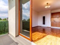 Obývací pokoj s kuchyní, pohled z lodžie (Prodej bytu 1+kk v osobním vlastnictví 33 m², Hostivice)
