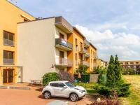 Pohled na dům, orientace JV (Prodej bytu 1+kk v osobním vlastnictví 33 m², Hostivice)