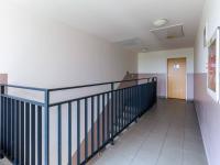 Chodba v domě (Prodej bytu 1+kk v osobním vlastnictví 33 m², Hostivice)