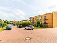 Příjezd k domu (Prodej bytu 1+kk v osobním vlastnictví 33 m², Hostivice)