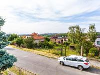 Pohled z pozemku na ulici Podedvorskou (Prodej pozemku 545 m², Praha 9 - Kyje)