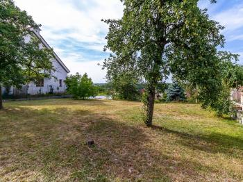 Pohled na pozemek - Prodej pozemku 545 m², Praha 9 - Kyje