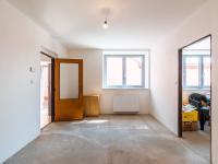 1.NP - pokoj s průchodem do druhého pokoje (Prodej domu v osobním vlastnictví 274 m², Úvaly)