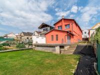 pohled na dům a zahradu (Prodej domu v osobním vlastnictví 274 m², Úvaly)