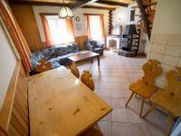 Obývací pokoj s jídelním stolem v druhé polovině domu (Prodej chaty / chalupy 120 m², Frymburk)
