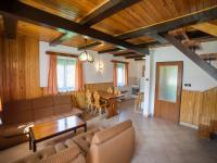 Obývací pokoj v první polovině domu (Prodej chaty / chalupy 120 m², Frymburk)