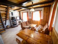 Obývací pokoj s jídelním stolem v první polovině domu (Prodej chaty / chalupy 120 m², Frymburk)