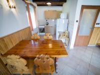 Kuchyňský kout v první polovině domu (Prodej chaty / chalupy 120 m², Frymburk)