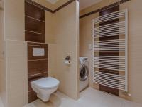 Koupelna s WC (Prodej bytu 3+kk v osobním vlastnictví 79 m², Rosice)