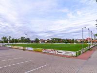 Fotbalové hřiště s novým povrchem (Prodej domu v osobním vlastnictví 80 m², Praha 9 - Běchovice)