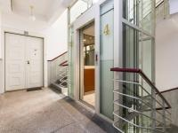 chodba a výtah (Prodej bytu 2+kk v osobním vlastnictví 50 m², Praha 2 - Vinohrady)