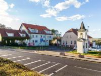 Bytový dům s přilehlým náměstím (Prodej bytu 4+kk v osobním vlastnictví 108 m², Praha 8 - Dolní Chabry)