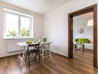 kuchyň - pohled na jídelní kout - Prodej bytu 2+1 v osobním vlastnictví 75 m², Chrášťany