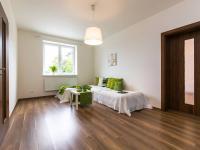 obývací pokoj celkový pohled - Prodej bytu 2+1 v osobním vlastnictví 75 m², Chrášťany