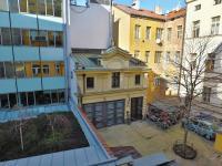 Pohled do vnitrobloku - Prodej bytu 4+1 v osobním vlastnictví 133 m², Praha 1 - Nové Město