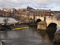výhled na Karlův most z kuchyňky a chodby - Pronájem kancelářských prostor 128 m², Praha 1 - Staré Město