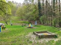 Dětské hřiště a les ve svahu domem - Prodej bytu 2+kk v osobním vlastnictví 60 m², Praha 4 - Braník