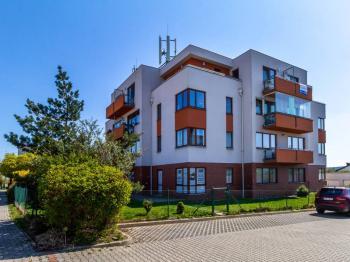 celkový pohled z ulice - Prodej bytu 3+kk v osobním vlastnictví 97 m², Jesenice