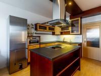 vybavená kuchyně - Prodej bytu 3+kk v osobním vlastnictví 97 m², Jesenice