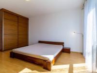 skříně v ložnici - Prodej bytu 3+kk v osobním vlastnictví 97 m², Jesenice