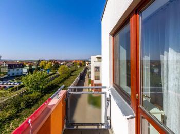 terasa na jih - Prodej bytu 3+kk v osobním vlastnictví 97 m², Jesenice