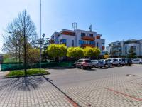parkovací místa před domem - Prodej bytu 3+kk v osobním vlastnictví 97 m², Jesenice